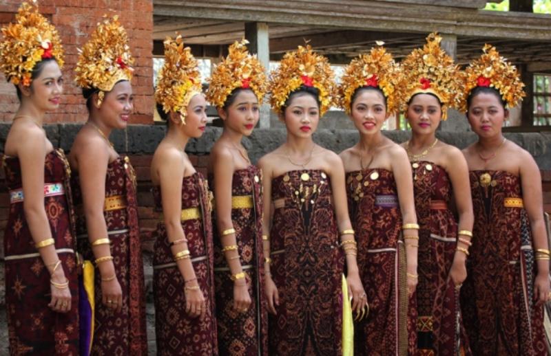 Gadis-gadis Bali mengenakan kain Gringsing. sumber: bisniswisata.co.id