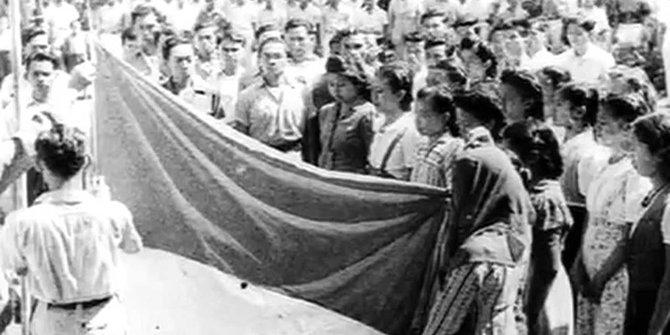 Foto Pengibaran bendera Merah Putih saat Proklamasi