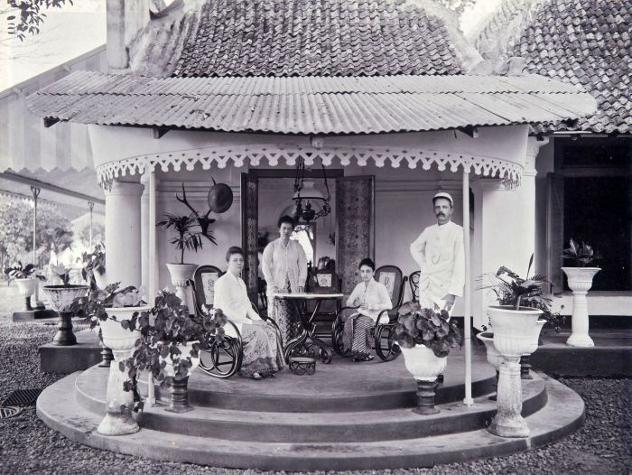 Potret kehidupan keluarga Indo-Belanda menggunakan Batik Belanda sumber wikimedia.org